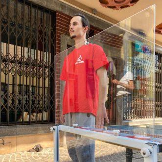 solutions techniques pour les restaurants : séparation en mika, plexiglas ou en verre entre les tables.